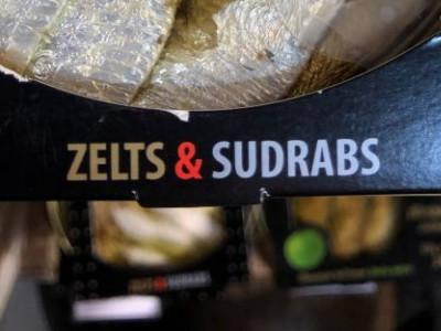 Kā lielveikala plauktā parādīt konservētas zelta un sudraba brētliņas?
